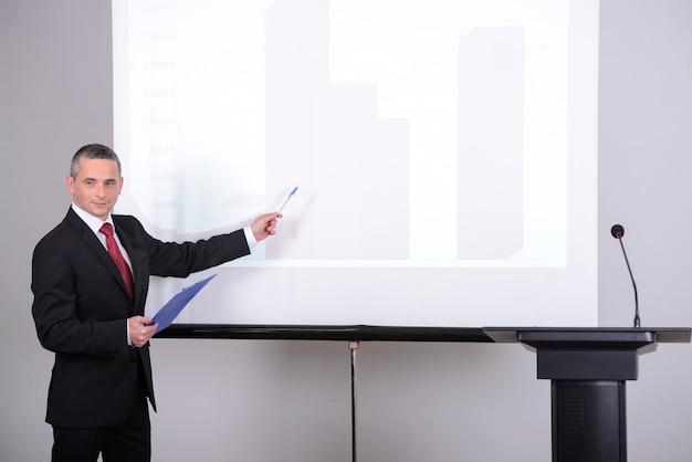 Jeune homme d'affaires donnant une présentation à ses collègues