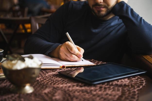 Jeune homme d'affaires écrivant à l'ordinateur portable à l'extérieur de l'espace de travail de table de bureau