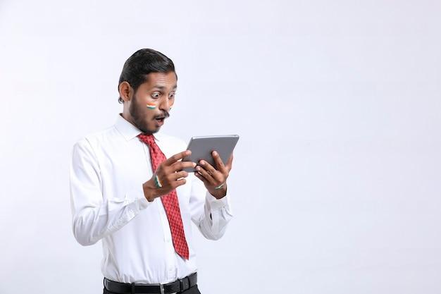 Jeune Homme D'affaires Ou Employé Indien Utilisant Un Smartphone. Photo Premium