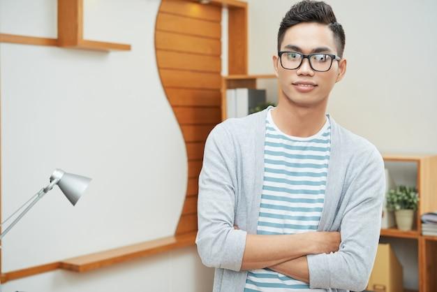 Jeune homme d'affaires ethnique moderne