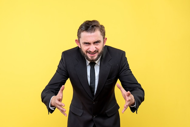 Jeune homme d'affaires expliquant quelque chose sur jaune