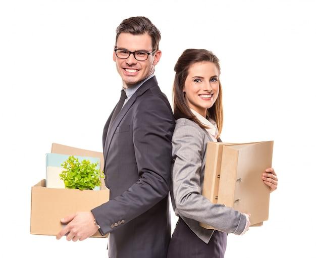 Jeune homme d'affaires et une femme d'affaires avec des boîtes.