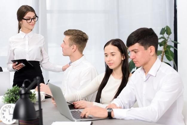 Jeune homme d'affaires et femme d'affaires travaillant au bureau