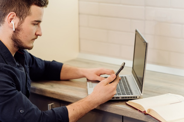 Jeune, homme affaires, fonctionnement, ordinateur, distance