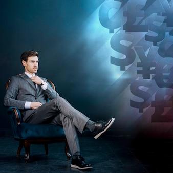 Jeune homme d'affaires et fond avec de l'argent