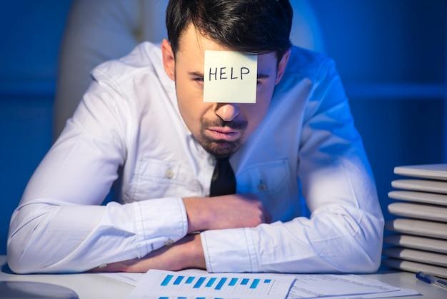 Jeune homme d'affaires frustré dans son bureau.