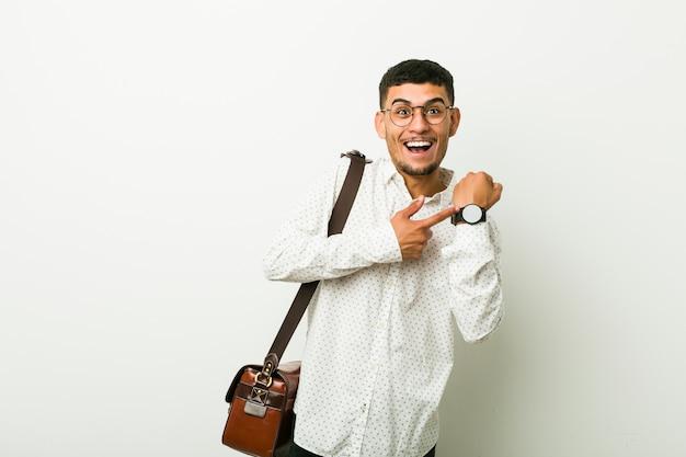 Jeune homme d'affaires hispanique tenant une pancarte