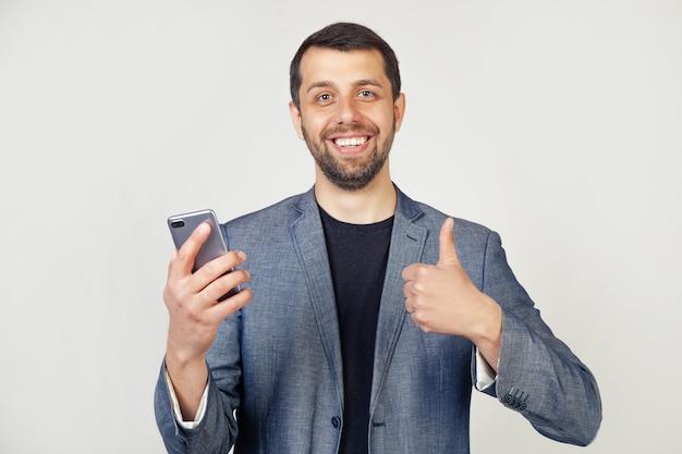 Jeune homme d'affaires avec un homme souriant avec une barbe dans une veste