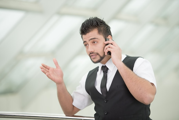 Jeune homme d'affaires indien asiatique permanent sur le bureau.