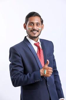 Jeune homme d'affaires indien célébrant le jour de l'indépendance indienne ou le jour de la république