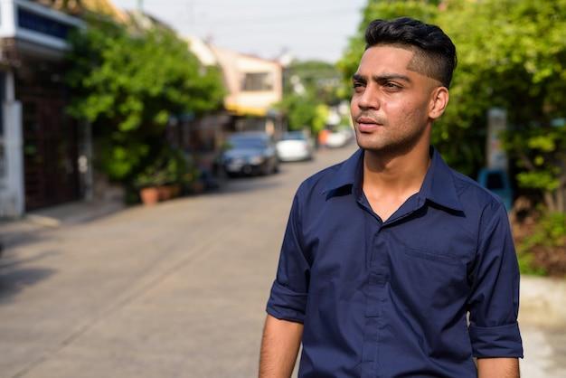 Jeune homme d'affaires indien dans les rues à l'extérieur