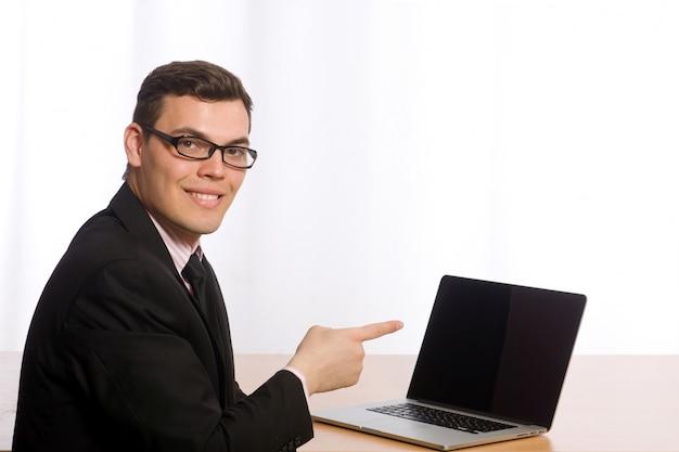 Jeune homme d'affaires isolé