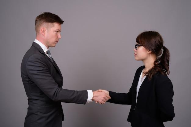 Jeune homme d'affaires et jeune femme d'affaires asiatique ensemble