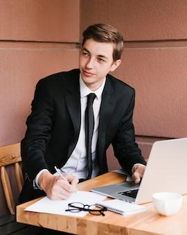 Jeune homme d'affaires sur le lieu de travail