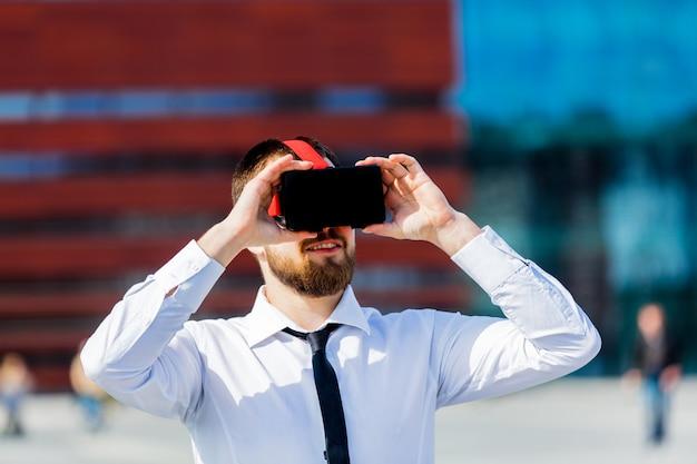 Jeune homme d'affaires avec des lunettes de réalité virtuelle