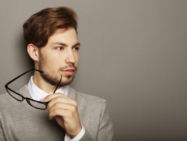 Jeune, homme affaires, lunettes, regarder, appareil photo, contre