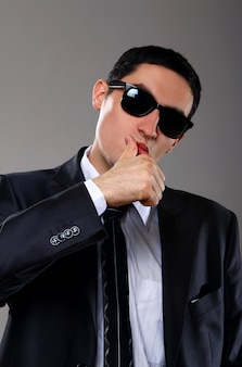 Jeune, homme affaires, lunettes soleil