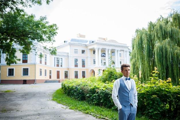 Jeune homme d'affaires marié le jour de son mariage, vêtements élégants, promenade dans le parc