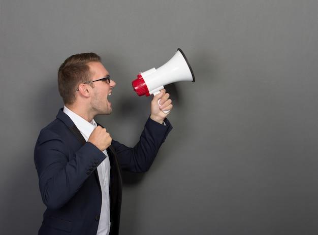 Jeune homme d'affaires avec un mégaphone