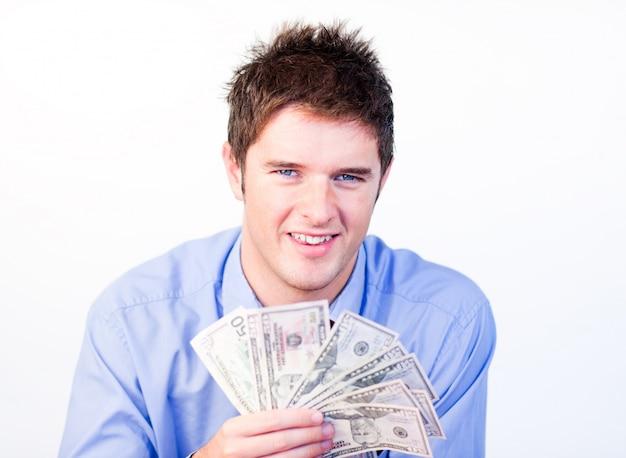 Jeune homme d'affaires montrant des dollars