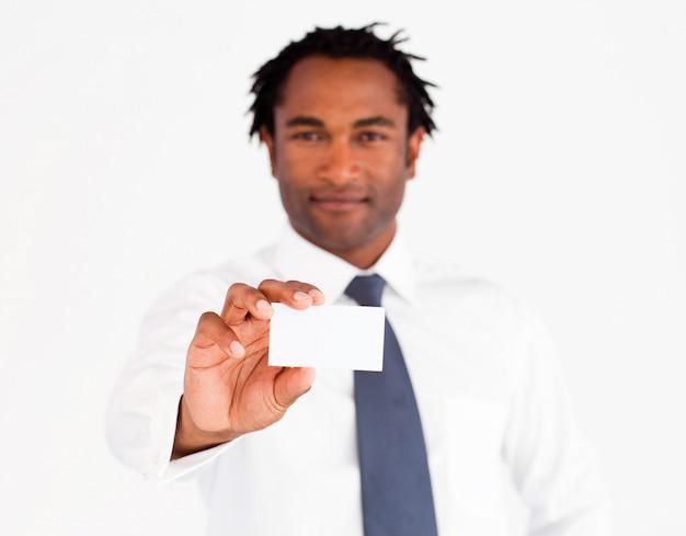 Jeune homme d'affaires montrant sa carte