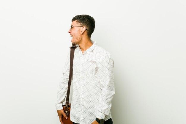 Jeune homme d'affaires occasionnel hispanique criant vers un espace de copie