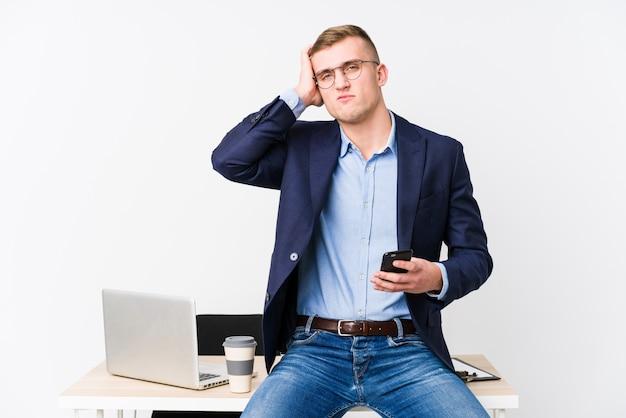 Jeune homme d'affaires avec un ordinateur portable choqué, elle s'est souvenue d'une réunion importante