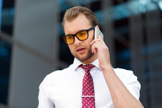 Jeune homme d'affaires parlant au téléphone portable