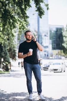 Jeune homme d'affaires parlant au téléphone