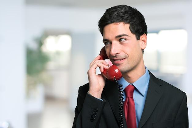 Jeune homme d'affaires, parler au téléphone