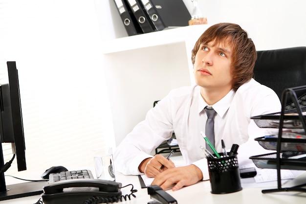 Jeune, homme affaires, pensée, bureau