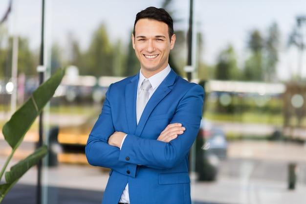 Jeune homme d'affaires en plein air
