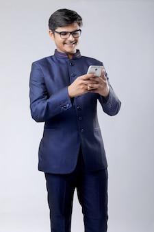 Jeune homme d'affaires professionnel à l'aide de smartphone