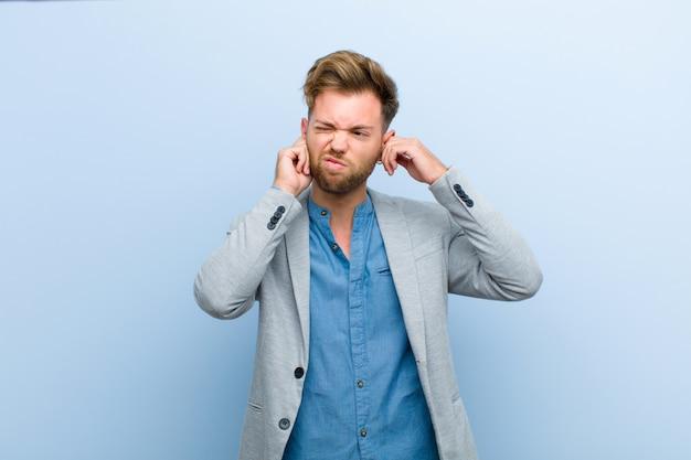 Jeune homme d'affaires à la recherche de colère