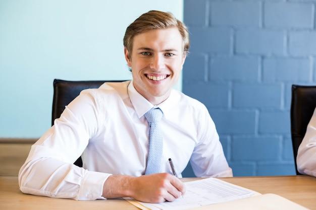 Jeune homme d'affaires en réunion d'affaires dans la salle de conférence au bureau