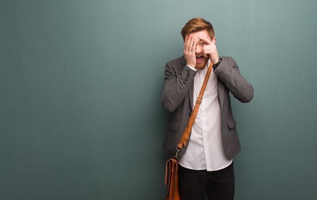 Jeune homme d'affaires rousse se sent inquiet et effrayé