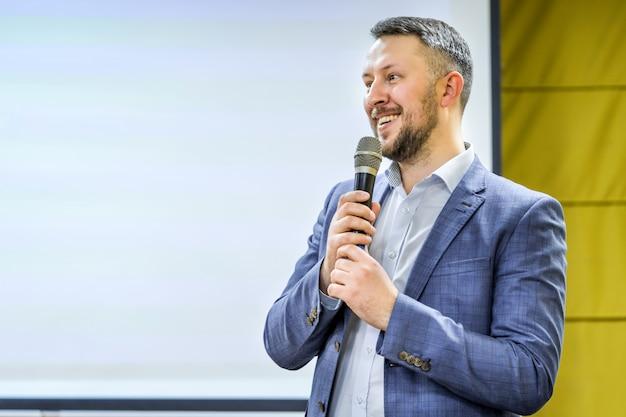 Jeune homme d'affaires à la salle de conférence avec le public donnant des présentations. public à la salle de conférence. club entrepreneuriat