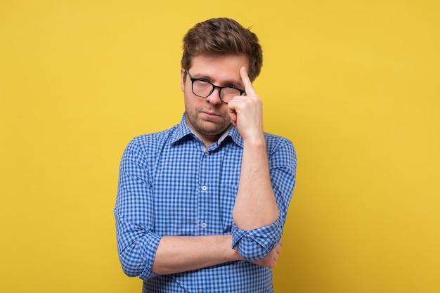 Jeune homme d'affaires se grattant la tête, décision difficile