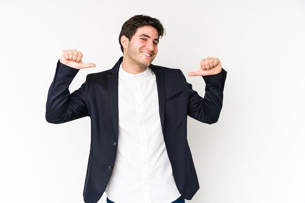 Le jeune homme d'affaires se sent fier et sûr de lui, exemple à suivre.
