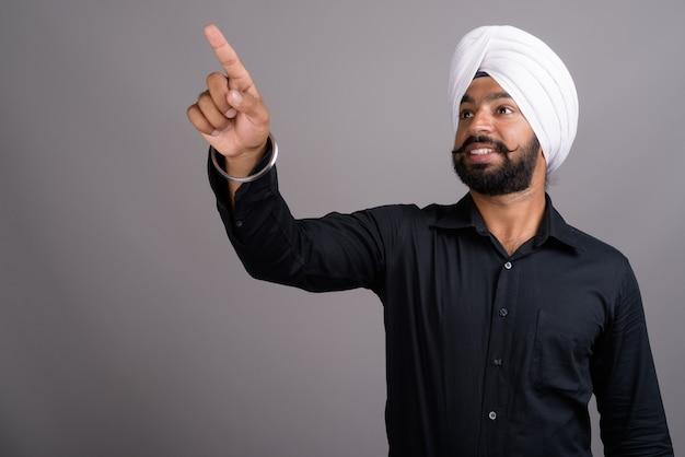 Jeune homme d'affaires sikh indien portant un turban blanc