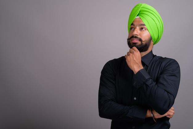 Jeune homme d'affaires sikh indien portant un turban vert