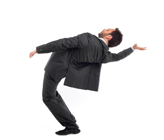 Un jeune homme d'affaires simule la position de neo dans le film matrix