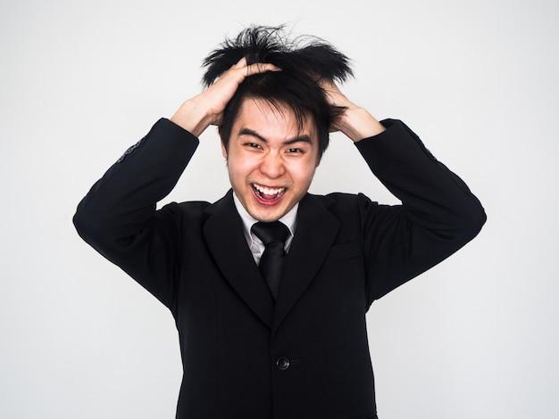 Jeune homme d'affaires sont stressés au travail. par la proximité d'être fou