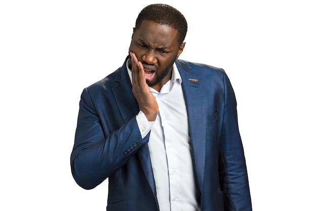Jeune homme d'affaires souffrant de maux de dents. jeune homme touchant son visage et se sentant mal aux dents. concept de maux de dents.