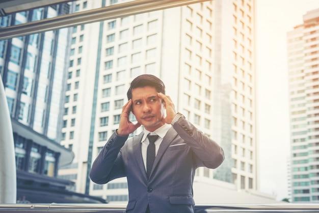 Un jeune homme d'affaires stressé pendant son travail. concept des entreprises.