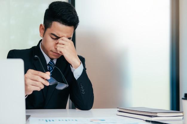 Jeune homme d'affaires stressé
