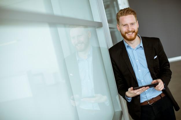 Jeune homme d'affaires avec un tablet pc au bureau