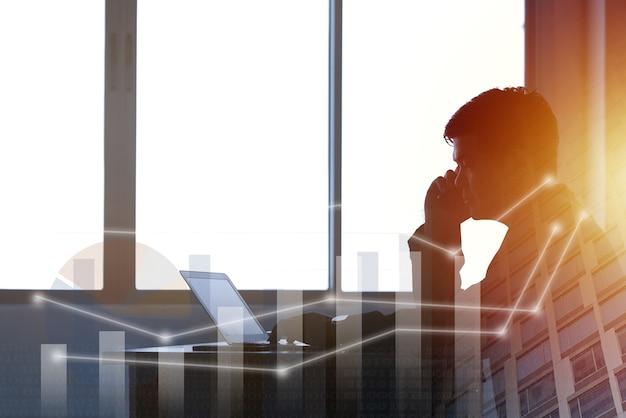 Jeune homme d'affaires tapant un homme de bureau pour ordinateur portable travaillant un homme d'affaires à double exposition