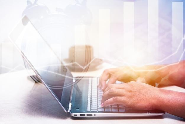 Jeune homme d'affaires tapant un ordinateur portable, homme de bureau travaillant, graphique d'illustration à double exposition
