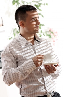 Jeune, homme affaires, tasse, café